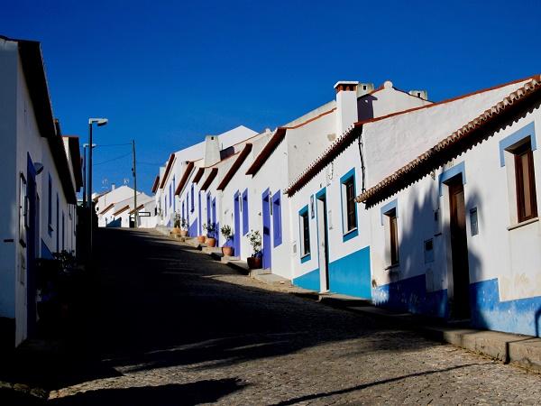 I percorsi di trekking in Portogallo attraversano piccole cittadine dai colori tradizionali