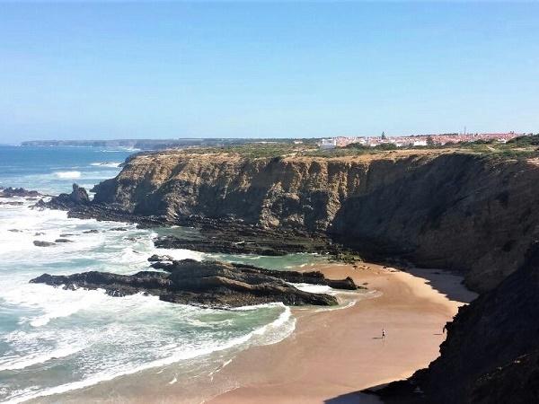 Il trekking in Portogallo consente di alternare tratti lungo le spiagge ad altri a picco sulle scogliere