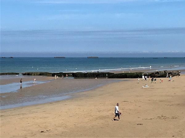 Gold beach, sulla costa della Normandia, con in lontananza i Mulberry, testimonianza dello sbarco durante la Seconda Guerra Mondiale.