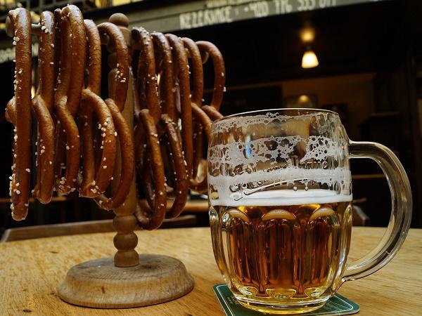 Marzo a Praga? Si riesce ancora a sorseggiare una birra nella piazza della Città Vecchia