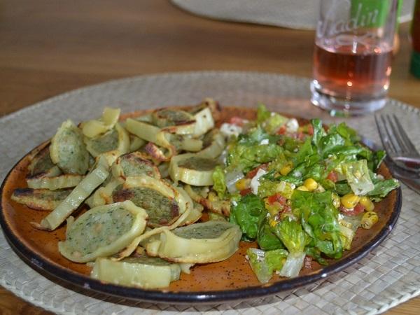 I maultaschen sono ravioli in formato extra. Il ripieno tradizionale è un composto di trito di carne, spinaci, mollica di pane e cipolle insaporito da spezie, ma esistono diverse varianti.
