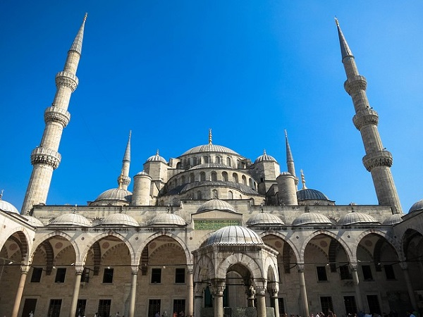 E se provassimo a scoprire Istanbul affidandoci a coloro che nel tempo l'hanno raccontata e che ancora oggi la narrano, la vivono e la amano?