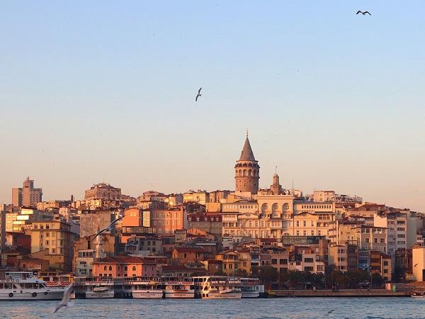 Bisanzio, Costantinopoli, Istanbul. Una e trina, da sempre ponte sospeso fra Oriente e Occidente, caleidoscopio di culture, popoli e religioni, Istanbul è una città che non finisce mai.