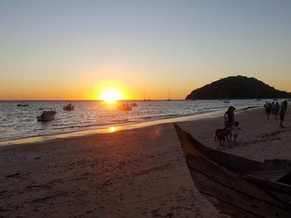 Del Madagascar si ricordano i tramonti, con la palla arancio del sole che scende sotto l'orizzonte fatto di oceano e fa brillare la sabbia