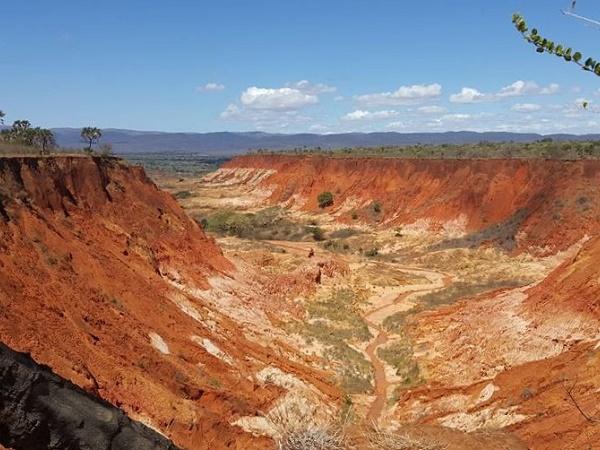 Le sfumature rosse della terra dello Tsingy Rouge, il paesaggio lunare del Madagascar