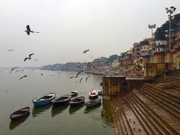 Il dedalo di stradine di Varanasi porta inevitabilmente ai ghat, le scalinate che conducano al Gange.