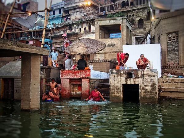 A Varanasi si ha la netta percezione di entrare in un microcosmo unico