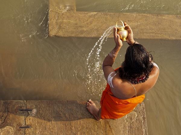 Il modo migliore per visitare Varanasi è quello di camminarle accanto, senza presunzione e senza paura.