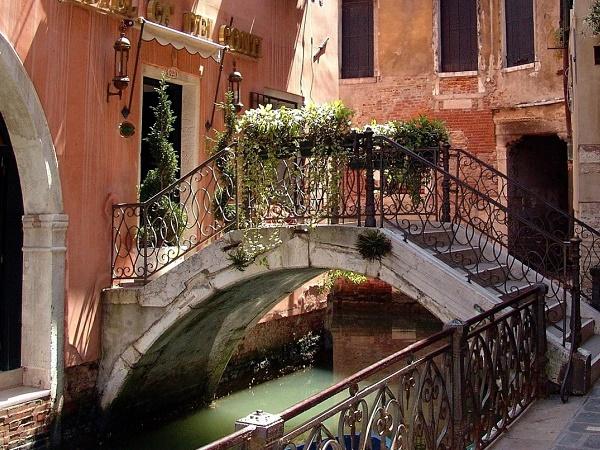 """La Venezia di """"Corto Sconto"""" è inaspettata, nota o sconosciuta che sia."""