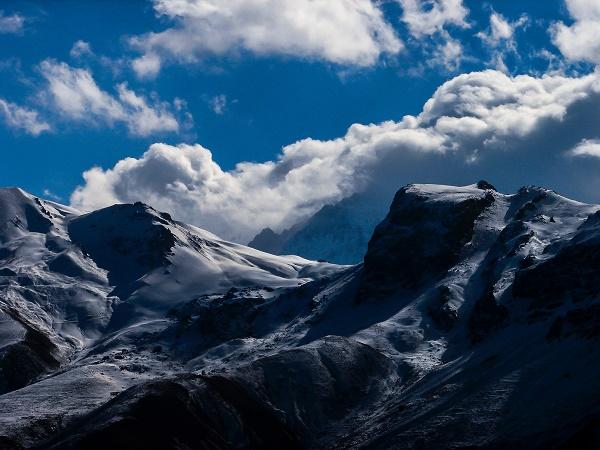 """Il cortometraggio """"Iran: a skier's journey"""" vi porta sulle bianchissime montagne di Alborz e Zagros, nella regione settentrionale dello stato."""