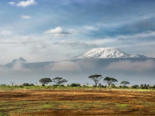 """""""Fuga sul Kenya. 17 giorni di libertà"""" è il viaggio riscritto a distanza di anni di tre italiani fuggiti da un campo di prigionia con il solo obiettivo di conquistare la vetta del Kenya."""