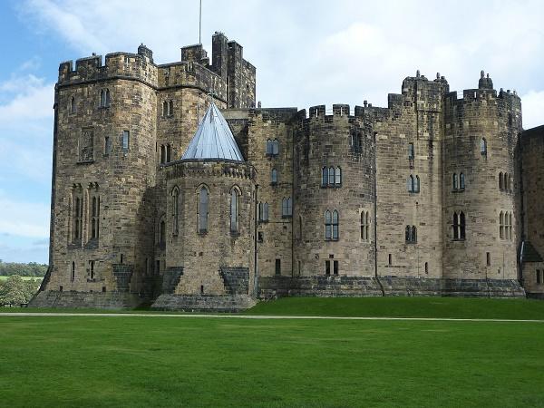 La scuola di magia di Hogwarts è un castello che si trova a Alnwick, località a sud di Edimburgo affacciata sul Mare del Nord.