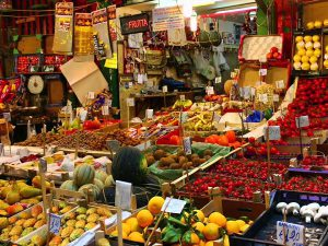 Il mercato storico di Ballarò è il luogo dove ascoltare il dialetto palermitano in tutte le sue sfumature.
