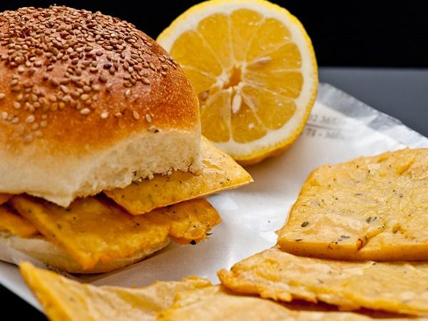 La cucina di Palermo merita un'esplorazione. Tra il cibo da strada consigliamo pane e panelle.