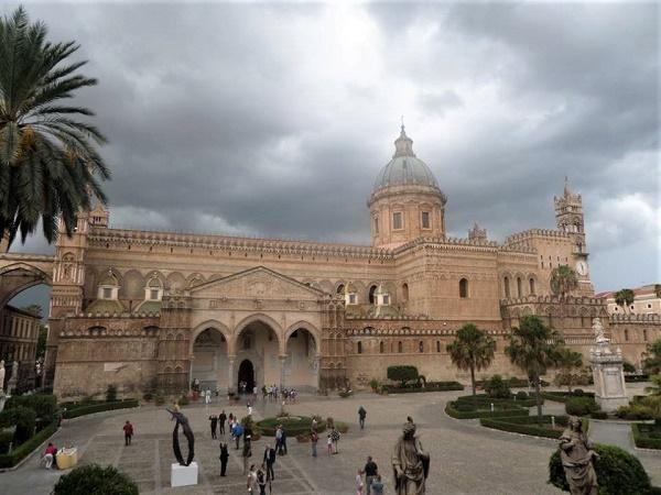 La Cattedrale di Palermo, esempio dell'arte arabo-normanna che caratterizza la città.