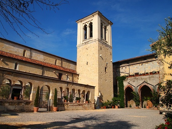 San Giovanni in Valle fu costruita su di un'antica necropoli romana e cristiana; sorge vicino all'antico Vallo Teodoriciano, area d'insediamento longobardo, e la tradizione la vorrebbe cattedrale ariana.