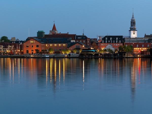 Aalborg, nella Danimarca settentrionale, oltre a essere ai primi posti nelle classifiche delle cittadine più felici del continente ospita il carnevale più grande del Nord Europa.