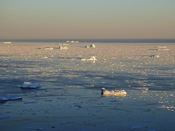L'isolamento dai collegamenti via nave a causa del ghiaccio marino non consente un rifornimento continuo dei beni di consumo, con conseguente rischio di indisponibilità di alcuni articoli.