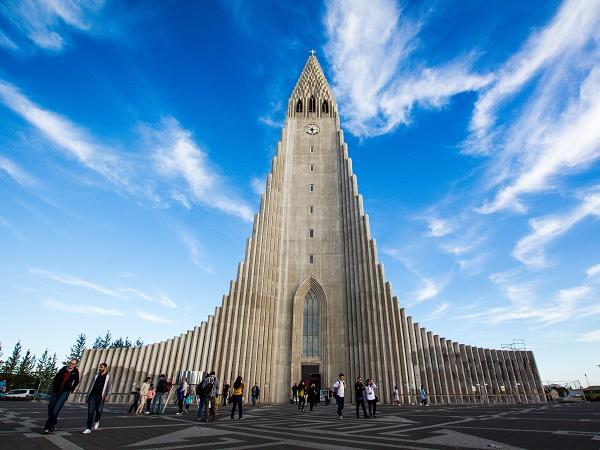 La vostra stella polare sarà l'Hallgrímskirkja, la chiesa che imita le formazioni laviche colonnari e che domina la città dall'alto di una collina.