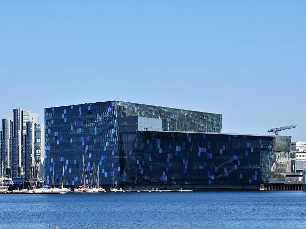 Raggiungete il porto e visitate l'Harpa, la costruzione in vetro che domina il lungomare.