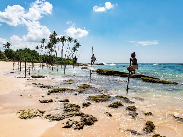 """In alcuni luoghi viene praticato il tradizionale e insolito """"stilt fishing"""", un modo di pescare unico al mondo."""