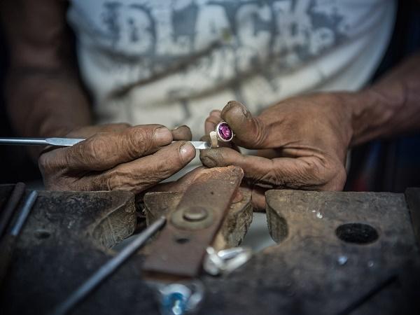 Lo Sri Lanka è rinomato anche per le gemme preziose e semipreziose, in particolare per lo zaffiro blu.