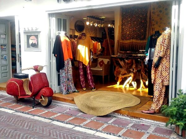 Marbella offre l'opportunità di attraversare vicoli su cui affacciano negozi invitanti.