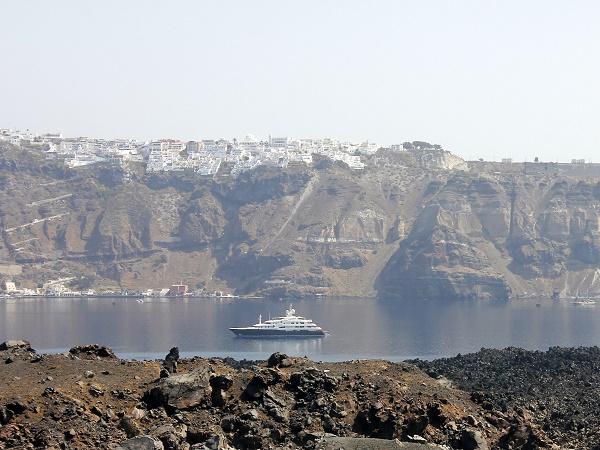 La maggior parte delle persone arriva a Santorini con la nave da crociera, risale la scalinata con l'asinello, visita Fira e Oia, se è fortunata vedrà il tramonto, quindi prenderà la funivia per tornare alla nave.