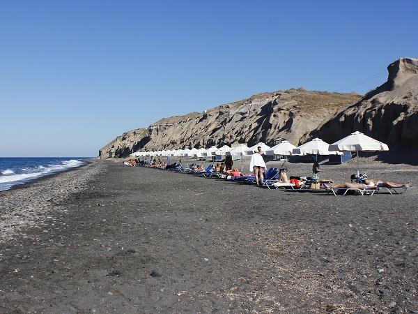 Non si va a Santorini per cercare spiagge caraibiche e acque calde e cristalline.