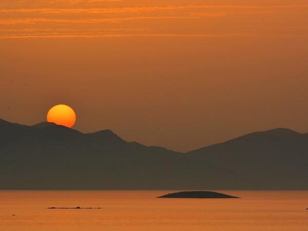 Chissà come reagirebbe Erodoto vedendo gruppi di persone in fila indiana, lui che scrutò il mar Egeo chiedendosi che cosa ci fosse oltre le isole che vedeva.
