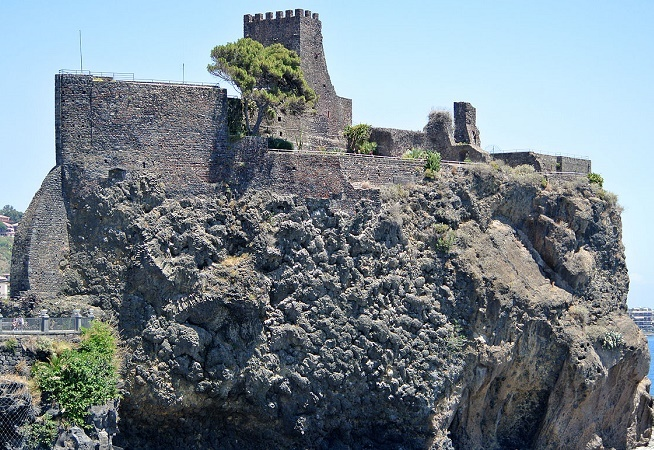 La Riviera dei Ciclopi è il tratto di costa che si estende da Aci Castello ad Acireale.