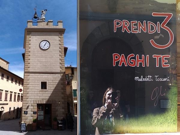 Montepulciano, un borgo grazioso, arroccato su una collina circondata da vigneti e famoso per il suo vino.