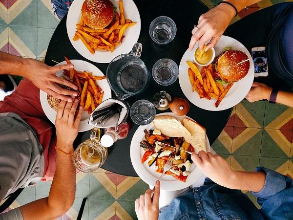 """Ci ha accomunati solo la lamentela per il caldo; loro erano desiderosi della combinazione """"italianissima e molto lacustre"""" caffè americano e hamburger."""