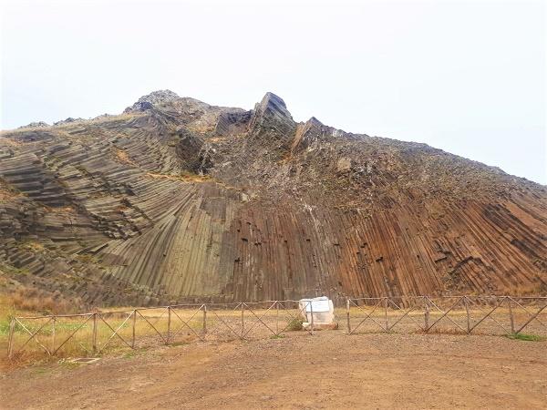 La zona di Pico Ana Ferreira offre lo spettacolo delle Canne d'organo, una parete di colonne prismatiche che pare si sia originata da un'esplosione vulcanica.