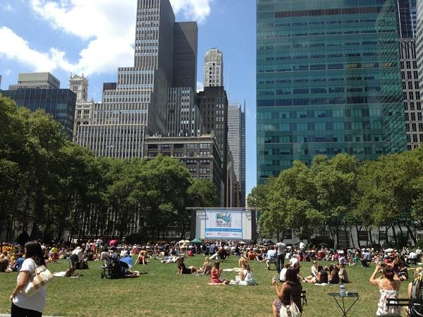 Quando andrai a vedere Times Square, fai anche un salto a Bryant Park, soprattutto se è una giornata di sole.