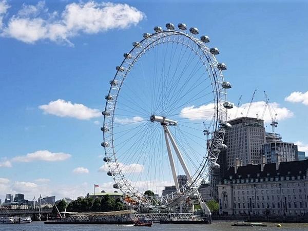 Tra gli essenziali per un viaggio a Londra: da Trafalgar Square a Buckingham Palace a piedi e uno sguardo sulla città dall'alto della ruota panomarica di London Eye.