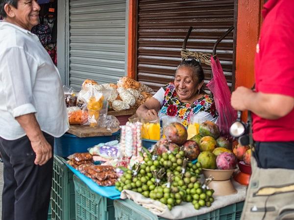 In viaggio i dettagli sono importanti, per questo il gruppo di viaggianti non supera mai le 15 persone, e si sceglie una formula di solo pernottamento (12 notti) per poter decidere ogni giorno dove consumare i pasti e assaporare cibo, persone e parole.