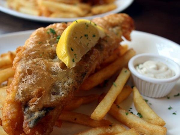 Arriviamo a ora di pranzo. Ci infiliamo nel primo pub e ordiniamo un classicone imperdibile: fish and chips.