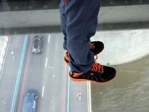 Saliamo sul Tower Bridge, dove camminiamo sulle passerelle con il pavimento in vetro.