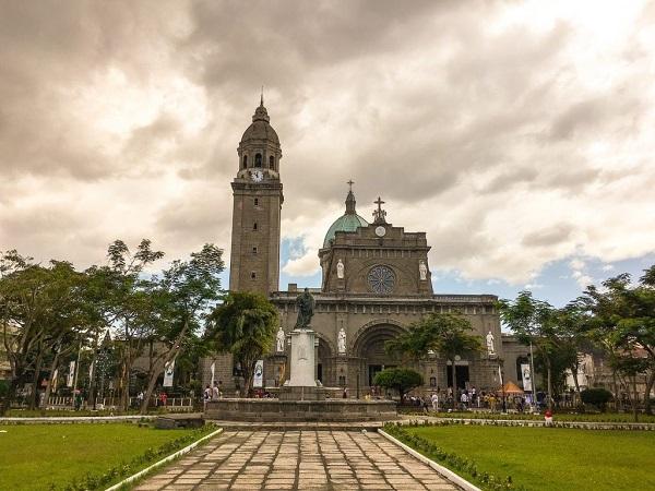 A Intramuros, la parte più vecchia di Manila, si trovano la cattedrale e la chiesa di San Augustin.