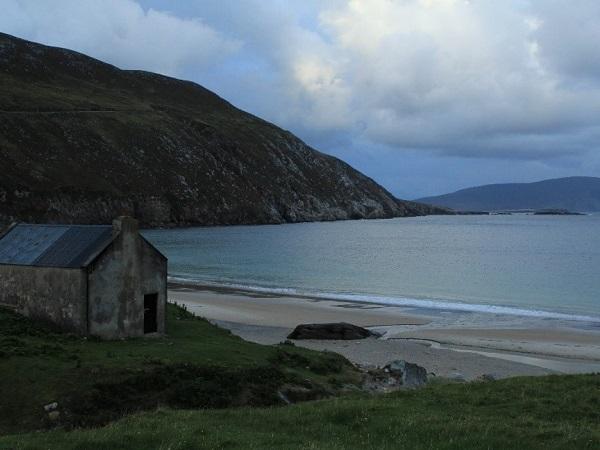 L'Irlanda emoziona grazie a incontri speciali, con piccoli uomini ricolmi di musica e una natura poetica.
