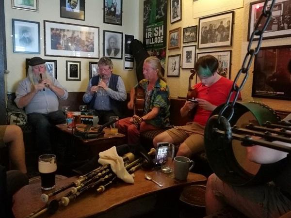 Forse è la musica il filo conduttore dei miei ricordi, perché le mie orecchie sono state deliziate da voci e suoni meravigliosi, a dimostrazione di quanto la musica sia parte integrante della terra irlandese..