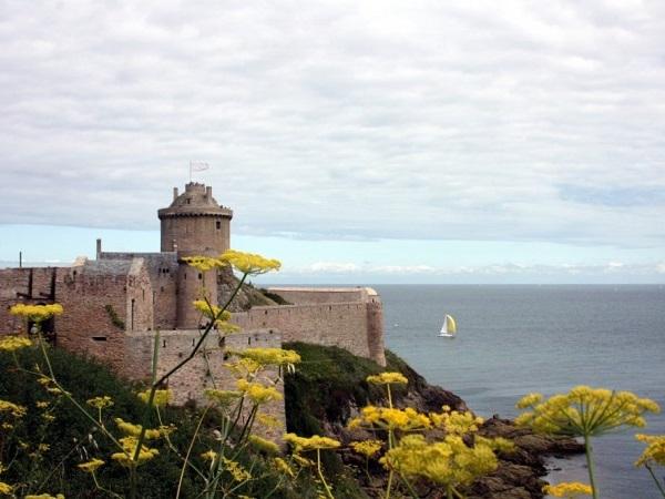 A Fort la Latte merita una visita il castello, costruito in cima a un promontorio da cui si gode di panorami meravigliosi.