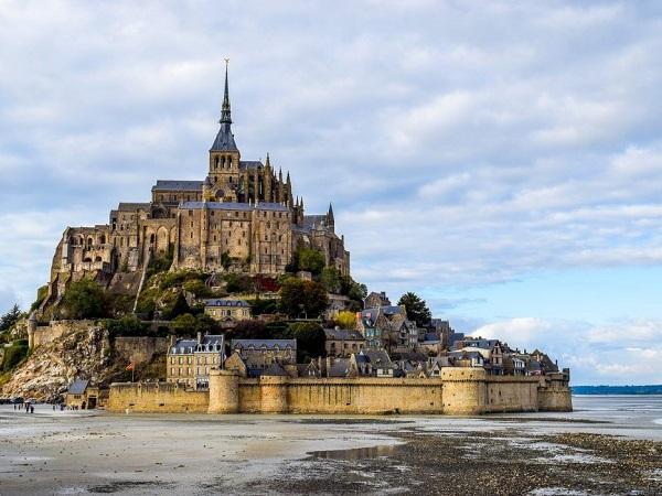 Imperdibile Mont-Saint-Michel. All'interno la cittadina medievale perde un po' di fascino a causa dell'orda di turisti, ma è oggettivamente bella.