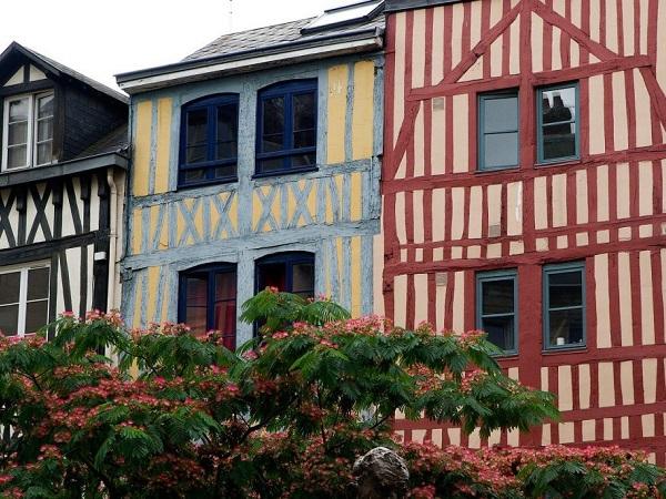 Prima sosta a Rouen, dove vediamo le prime case a graticcio.