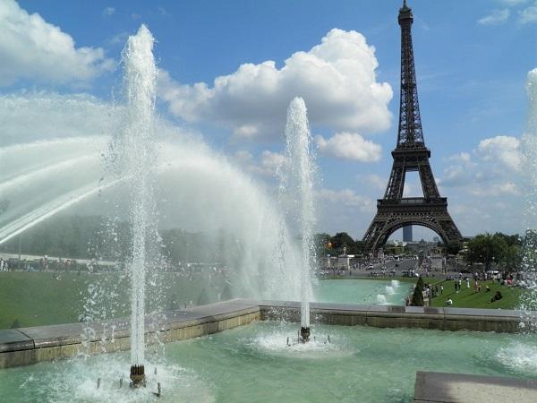 Se è estate, puoi andare a rinfrescarti ai Jardins du Trocadéro, proprio davanti alla Tour Eiffel.