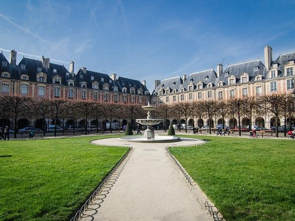 Per calarti nell'atmosfera parigina, puoi gironzolare nel quartiere Marais, fino alla piazza più antica di Parigi, l'incantevole Place des Vosges.