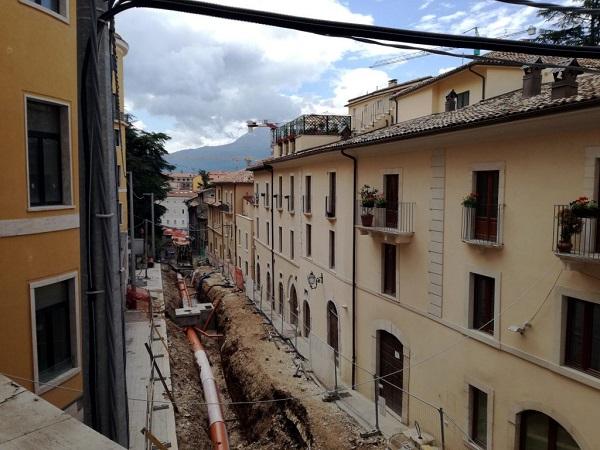 Le strade de L'Aquila hanno ancora i solchi dei tubi e vanno asfaltate, ma a ben vedere il più è fatto