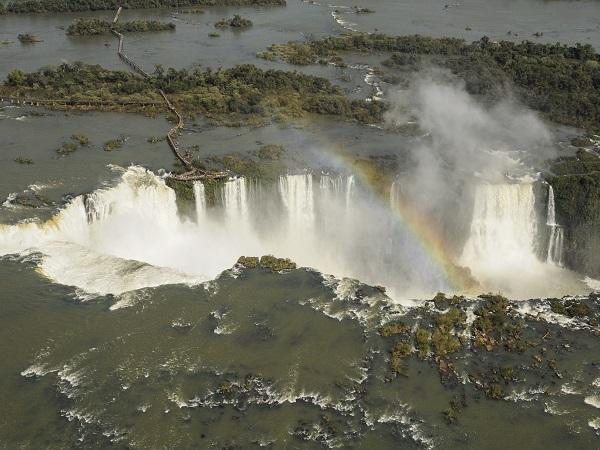 Meglio dare la precedenza al Nord del Brasile, in cui predomina il cuore verde della Foresta Amazzonica ma si trovano anche regioni ricche di storia e di tradizioni come lo Stato di Bahia, oppure al Sud, con Rio de Janeiro, San Paolo e Brasilia?
