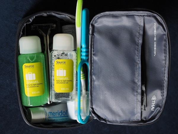 """Un regalo per un viaggiatore: il kit da viaggio con pochette trasparente e prodotti essenziali per l'igiene e la bellezza, in comodi contenitori """"travel size""""."""